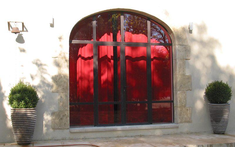 Baie vitrée métal 4 vantaux avec imposte en anse de panier