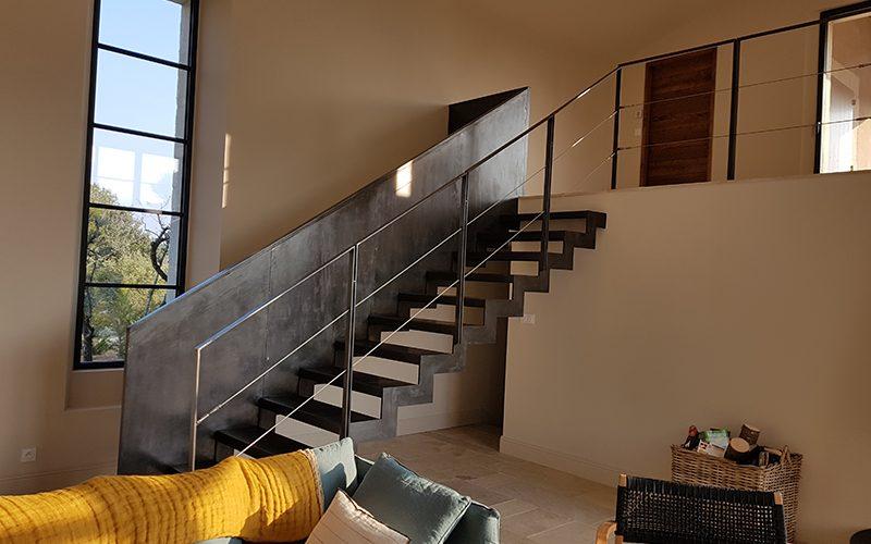 Escalier contemporain et garde-corps fil inox