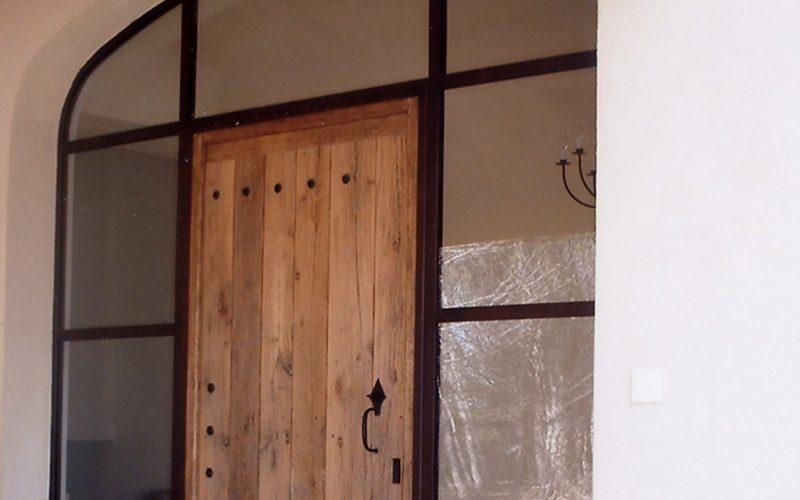 Chassis métal et verre intégrant une porte d'entrée vieux bois